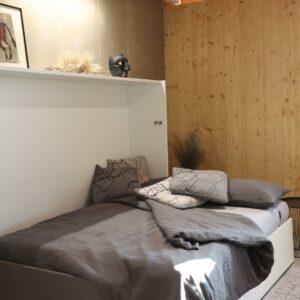bočna omarna postelja s sedežno garnituro - odprto ležišče