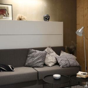 bočna omarna postelja s sedežno garnituro - zaprta