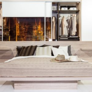 Moderna spalnica z vgradno omaro