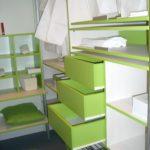 Zelena minimalisticna garderobna soba